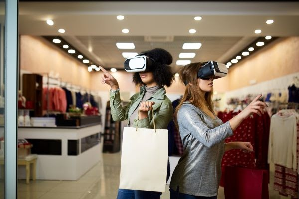 2 female customers shopping with Virtual Reality